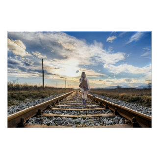 Póster Chica con la guitarra en pistas de ferrocarril