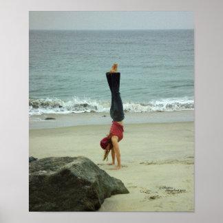 Poster del océano del handstand de la mujer póster