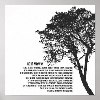 Póster El árbol blanco y negro lo hace de todos modos