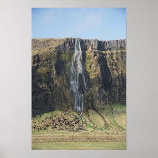 Póster El descenso escarpado de una cascada islandesa