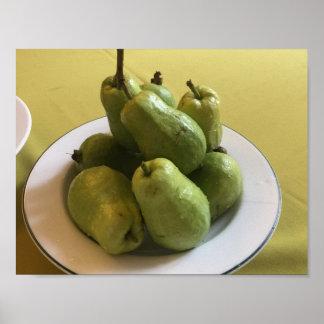 Póster Guayabas verdes en mantel verde