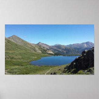 Póster Lago en las montañas rocosas