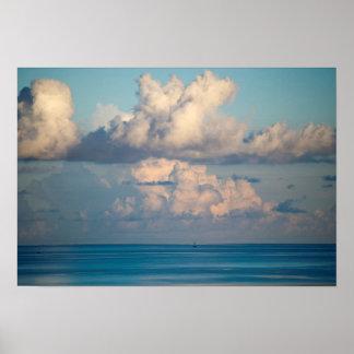Póster Las nubes sobre un horizonte FL del azul costean