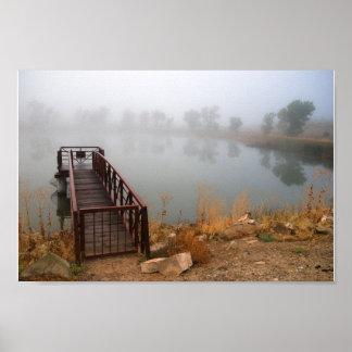 Póster Muelle y lago en la niebla