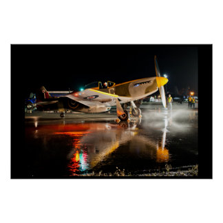 Póster Mustango P-51 en la pista de despeque mojada