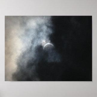 Póster Nubes de tormenta fantasmagóricas del eclipse 2017
