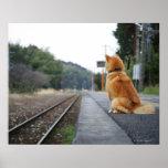 Póster Perro que se sienta en la estación de tren