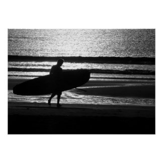 Póster Persona que practica surf en la arena