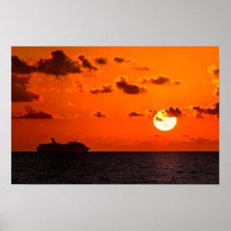 Póster Poster - barco de cruceros en la salida del sol -
