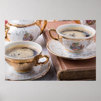 Póster Tazas de café antiguas de la porcelana con café