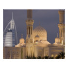 Póster UAE, Dubai. Mezquita por la tarde con el árabe del
