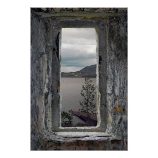 Póster Ventana de piedra falsa con la vista del lago