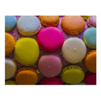 Postre cocido sabroso colorido de Macarons Postal