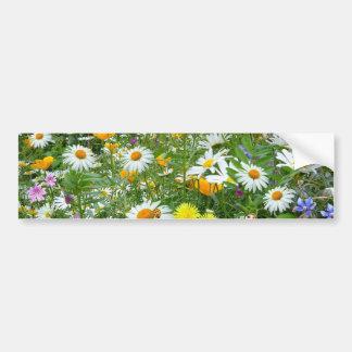 Prado hermoso del Wildflower y de la mariposa Pegatina Para Coche