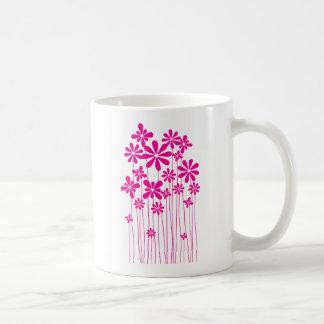 Prado rosado de la flor taza básica blanca