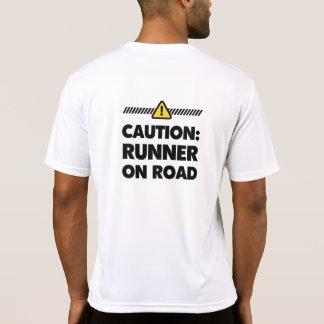 Precaución - corredor en el camino camisetas