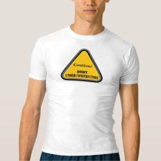 ¡Precaución! Cuerpo debajo de la camiseta de la