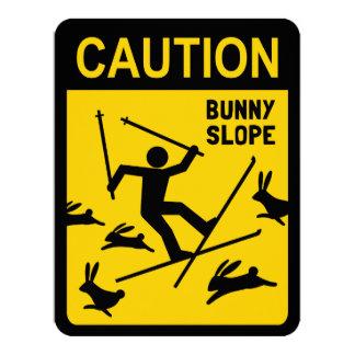 PRECAUCIÓN: Cuesta del conejito - señal de peligro Invitación 10,8 X 13,9 Cm