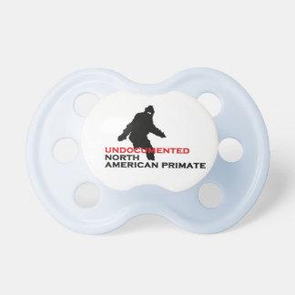 Primate norteamericano indocumentado chupete de bebe
