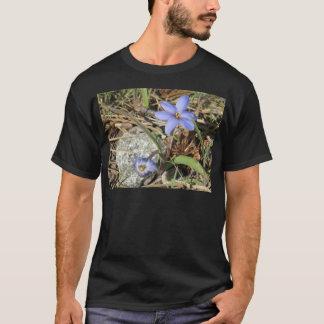 Primavera en las flores púrpuras del iris de las camiseta