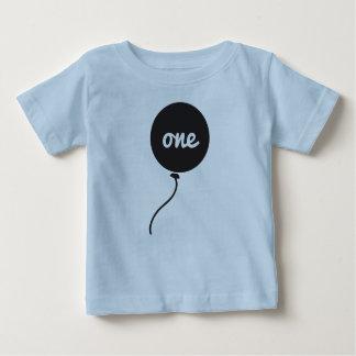 Primer azul de la camisa el   del cumpleaños del