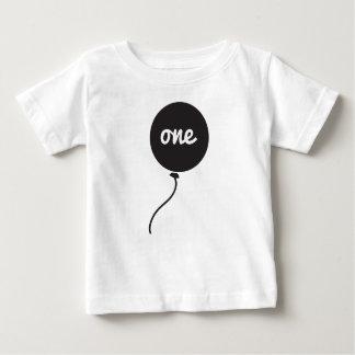 Primer blanco de la camisa el   del cumpleaños del