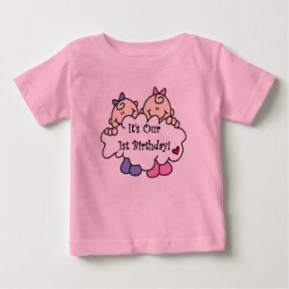 Primer cumpleaños de los chicas gemelos camiseta