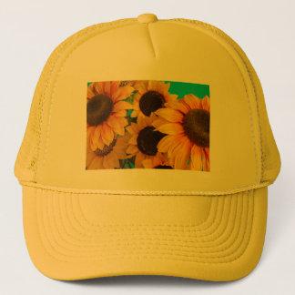 primer   de girasoles florecidos en el gorra del