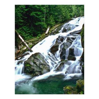 Primer de la cascada del río tarjetón