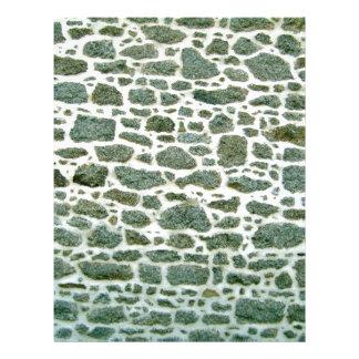 Primer de la pared de piedra verde con el cemento flyer a todo color