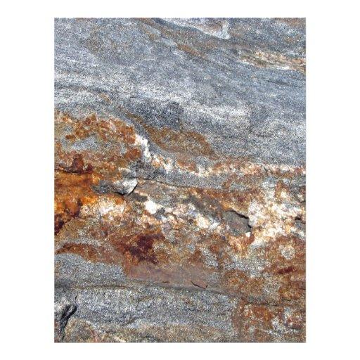 Primer de la roca con los remiendos rojo marrón tarjetones