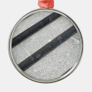 Primer de la visión superior del paso de mármol adorno redondo plateado