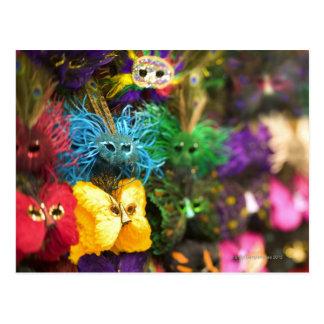 Primer de máscaras miniatura coloridas en un nuevo postal