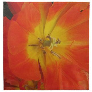 Primer de tulipanes anaranjados en primavera servilleta de tela