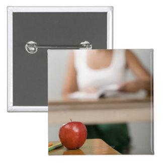 Primer de una manzana en un escritorio chapa cuadrada