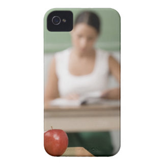 Primer de una manzana en un escritorio iPhone 4 carcasas