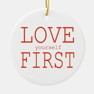 Primer del amor usted mismo adorno navideño redondo de cerámica