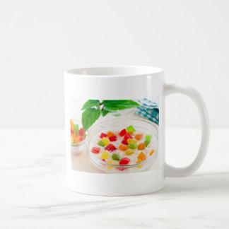 Primer sano de la harina de avena con la fruta taza de café
