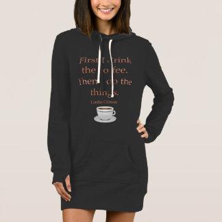 Primero bebo el café vestido
