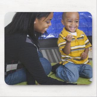 Profesor con el niño en guardería alfombrilla de ratón