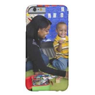 Profesor con el niño en guardería funda para iPhone 6 barely there