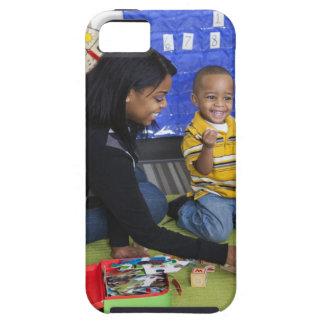 Profesor con el niño en guardería iPhone 5 cárcasa