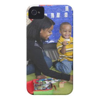 Profesor con el niño en guardería Case-Mate iPhone 4 carcasa