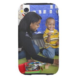 Profesor con el niño en guardería tough iPhone 3 cárcasa
