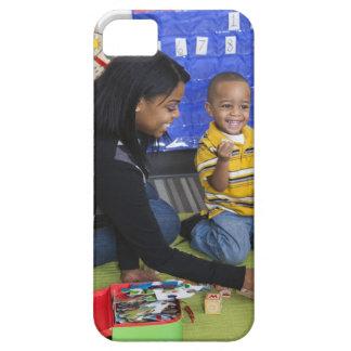 Profesor con el niño en guardería iPhone 5 fundas
