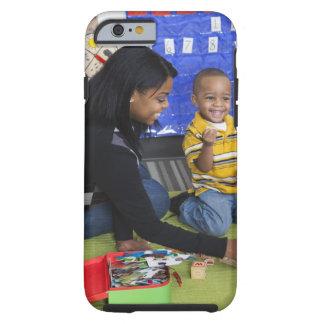 Profesor con el niño en guardería funda de iPhone 6 tough