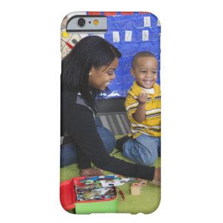 Profesor con el niño en guardería funda de iPhone 6 barely there