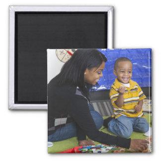 Profesor con el niño en guardería imanes