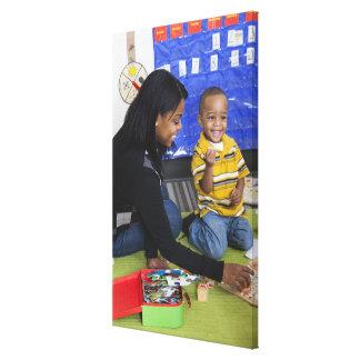 Profesor con el niño en guardería impresion en lona
