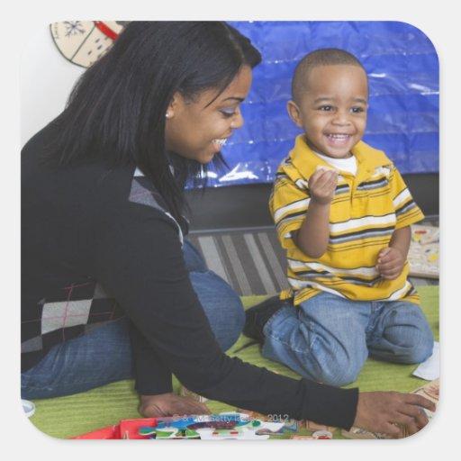 Profesor con el niño en guardería calcomanías cuadradass